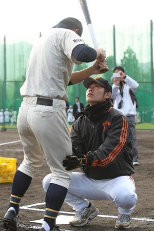高校生を指導する巨人・亀井