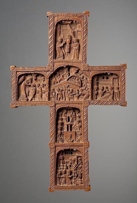 Cruz tallada en madera con motivos religiosos de la Iglesia Ortodoxa Griega.