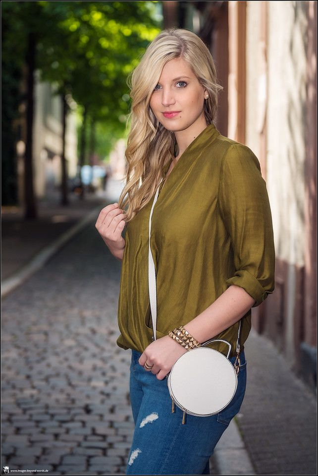 Images Beyond Words, Leonie Löwenherz, Serge Daniel Knapp, Fashion Blogger, Fashion, High Fashion, Blogging, Outdoor, on location, blonde, long hair, gorgeous, editorial, commercial, city, center, Heidelberg, jeans, green, top, alley, back alley, close-up