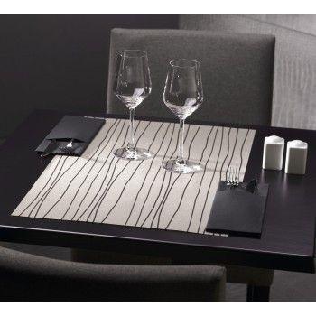 Tête-a-tête in tessuto non tessuto grigio con linee nere accentuate per una presentazione di pura estetica. www.detercartasrl.com