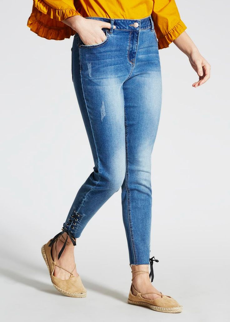 When it comes to rocking the ankle grazer jean, April is your girl. Fashioned in a stretch denim fabric, these mid-wash jeans provide an ultra skinny...