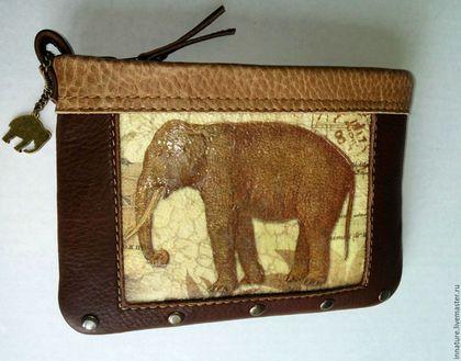 Купить или заказать Кошелек для телефона и денег, кожаный,  на молнии  «Со слоном» в интернет-магазине на Ярмарке Мастеров. Кошелек-косметичка из натуральной кожи . Передняя часть : декупаж по коже , покрытый специальным, защитным лаком для кожи . Рисунок -слон в винтажном стиле . Некоторые детали рисунка имеют обьем. Застежка -прочная сумочная молния с металлическим бегунком под бронзу и металлический наконечник молнии . Украшена металлической подвеской -слоном и заклепками.