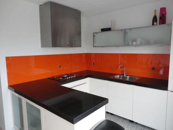 Warme tint oranje als kleur voor je achterwand van glas. Erg mooi resultaat!