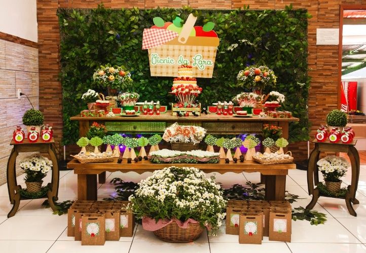 Piquenique foi o tema escolhido para a festa de aniversário dois anos, que teve a decoração baseada em tons fortes de vermelho e verde, cores de frutas como morango, maçã e melancia. O visual da festa ficou por conta de Danieli Moraes, decoradora da empresa Papel Charmoso.