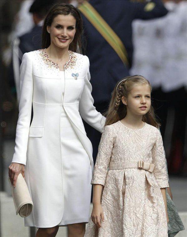 La Princesa de Asturias, Doña Leonor y Doña Letizia, a su llegada a la Carrera de San Jerónimo. Reina y Princesa, ambas en colores claros, la madre de blanco roto, la hija de rosa palo.
