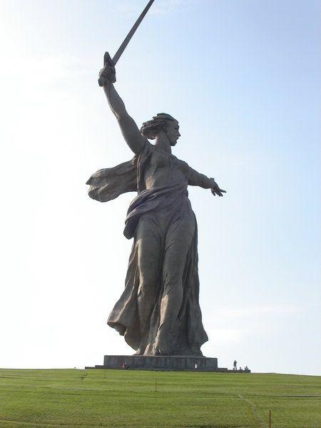 La Madre Patria llama    El Mamáyev Kurgán es la colina que domina desde la altura la ciudad de Volgogrado (antes Stalingrado), en el sur de Rusia. Durante la segunda guerra mundial tuvo lugar una encarnizada batalla entre los ejércitos alemanes y los rusos, donde la colina se convirtió en un objetivo decisivo de los combates en la Batalla de Stalingrado, ya que desde la colina se domina la ciudad.