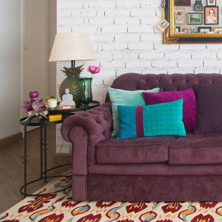 """Histórias de Casa no Instagram: """"pra quem está precisando de uma inspiração de combinação de cores: amamos muito o sofá roxo com almofadas azuis e tapete estampado da @biaperotti ... ousado na dose ideal! já viram o apê dela lá no blog? ♥ #tijolinho #decoração #todacasatemumahistoria #estampas foto: @estudio_pulpo"""""""
