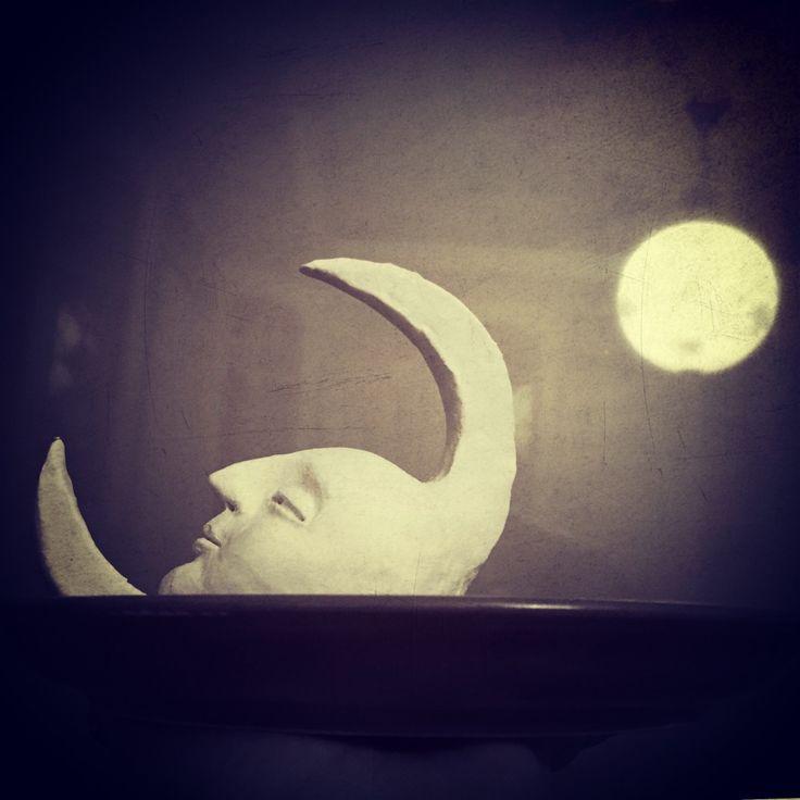 #бессонница #вышелмесяцизтумана #всеравнотебеводить #месяц #луна #ночь #паперклей #ладолл #впроцессе #спатьпора #легвкоробкунабочок #колыбельная #натарелке #скульптура #стилизация #волшебство #кукла #куклы #кукларучнойработы #творчество #авторскаякукла #дизайн #dolls #doll #art #handmade #fantasy #fantasyart #design