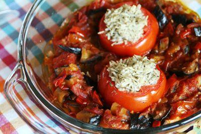 met-gekruide-rijst-gevulde-tomaten-in-gestoofde-aubergine
