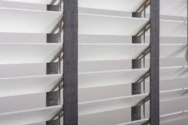 houten jaloezie in wit met grijs ladderband