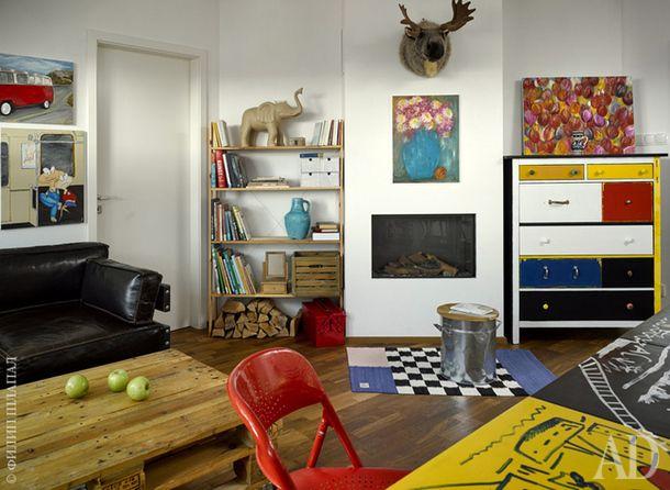 Гостиная. Кожаный диван Kare Design. Комод IKEA отдекорирован Еленой. Компотная кастрюля превращена хозяевами в табурет.