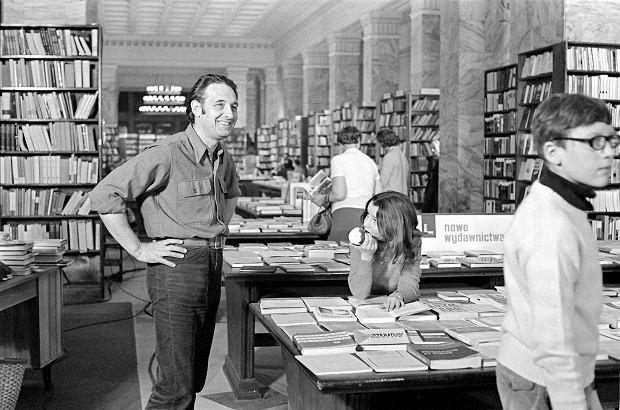 """1969 r. Reżyser Andrzej Wajda na planie filmu """"Polowanie na muchy"""" w księgarni ORPAN w Pałacu Kultury i Nauki"""