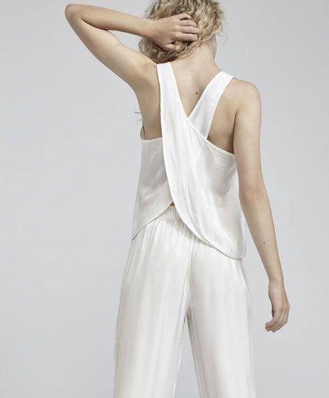 Żakardowa koszulka w paski w kolorze ecru, 99.9PLN - Żakardowa koszulka na ramiączkach w paski w kolorze ecru. Skrzyżowane ramiączka z tyłu i odkryte plecy. Wymiary ubrania: Całkowita długość od miejsca, w którym dekolt łączy się z ramieniem: 62 cm i szerokość w klatce piersiowej: 23 cm. Wymiary te odpowiadają hiszpańskiemu rozmiarowi M. - Modowe trendy AW 2017 dla kobiet na stronie Oysho: bielizna, odzież sportowa, motywy etniczne i cygańskie, buty, dodatki, akcesoria i stroje kąpielowe.