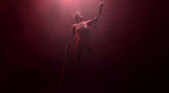 Todas as imagens que aparecem são formadas por sangue escorrendo. Já traz o clima sombrio da série, a violência da cidade, e a principal cor do herói. A primeira imagem é de uma estátua da Têmis, deusa da justiça.  Balança= equilíbrio nos julgamentos.  Espada = cumprimento da lei. Aplicação da lei. Venda = imparcialidade. Faça-se justiça não enxergando a quem. (combina com o personagem).