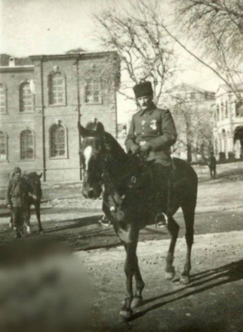 Atatürk değil Türkiye Cumhuriyeti'nin Kurucusu Anafartalar komutanı Gâzi Mareşal Başbuğ Mustafa Kemâl Atatürk diyeceksin. Görsel 1917′de 2. Ordu komutanı olarak bulunduğu Diyarbakır'da.