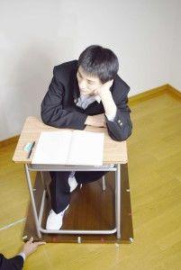 09_0129_a_俯瞰_学校机・頬杖をつく(学ラン)