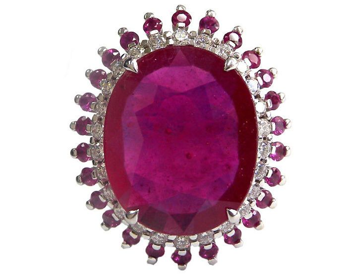 13 ct Ruby en Diamond Ring  Instelling:Metalen Type: 14K White goldGewicht: 11.40 gramType instelt: ClusterDe grootte van het front: 27.50 x 23 mm.Ring van grootte: 7.5 vs formaat - 56 1/2 FransVoornaamste steen:Type steen: Ruby - natuurlijk korundGewicht: 13.41 karaatVorm: ovaalKleur: roodBehandeling: De verhoging van de helderheid met een lood-glas.Aanwijzingen voor verwarmingAfmetingen: 18.89 x 15.31 x 4.24 mm.Diamanten omringen de Ruby Center steen:Type steen: Natural DiamondsVorm…