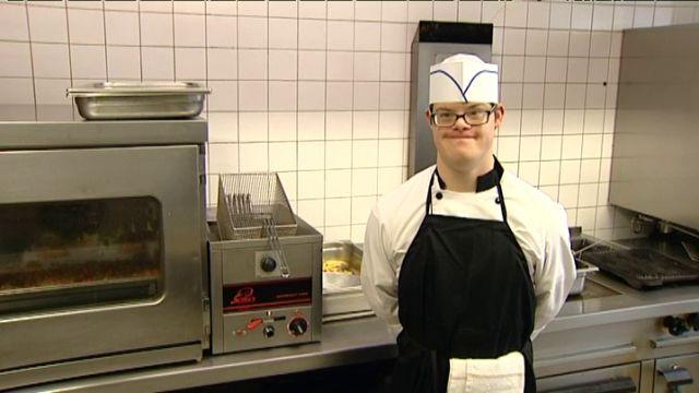 Pierre-Henri vient de remporter le 1er prix Assiette Gourm'hand. Un concours destiné aux personnes atteintes d'un handicap. Ce jeune trisomique de 23 ans a séduit tout le monde, avec sa cuisine et avec son coeur. Il a rendez-vous avec les cuisiniers de l'Elysée pour un stage d'une semaine.