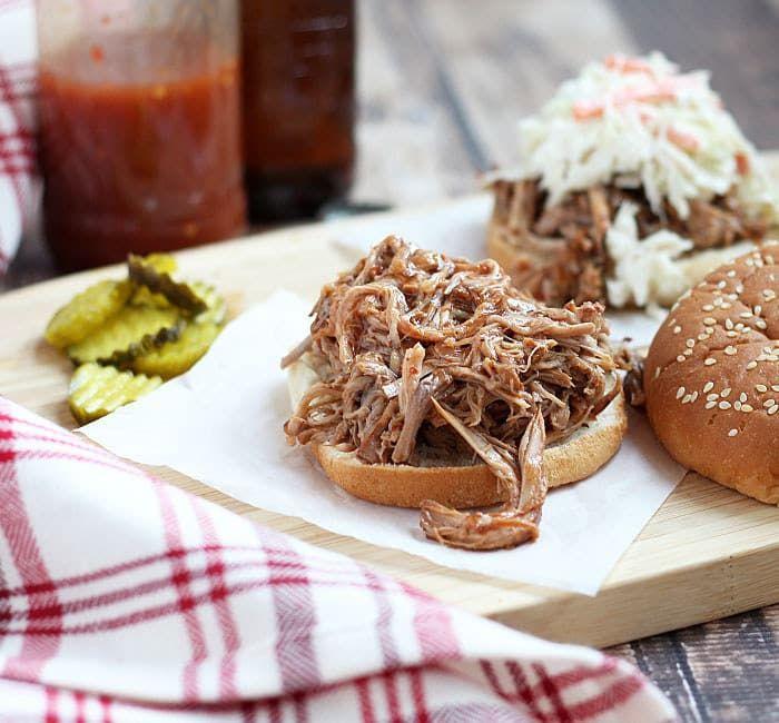 Cerveza de raíz y salsa de barbacoa, además de la magia de la olla de cocción lenta, es igual a carne de cerdo tierna. La receta aquí.