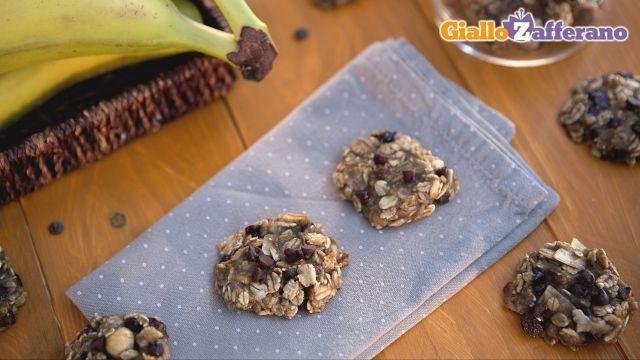 Biscotti due ingredienti INGREDIENTI: Banane 2 mature (300 gr) Cioccolato gocce q.b. (facoltativo) Muesli 100 gr