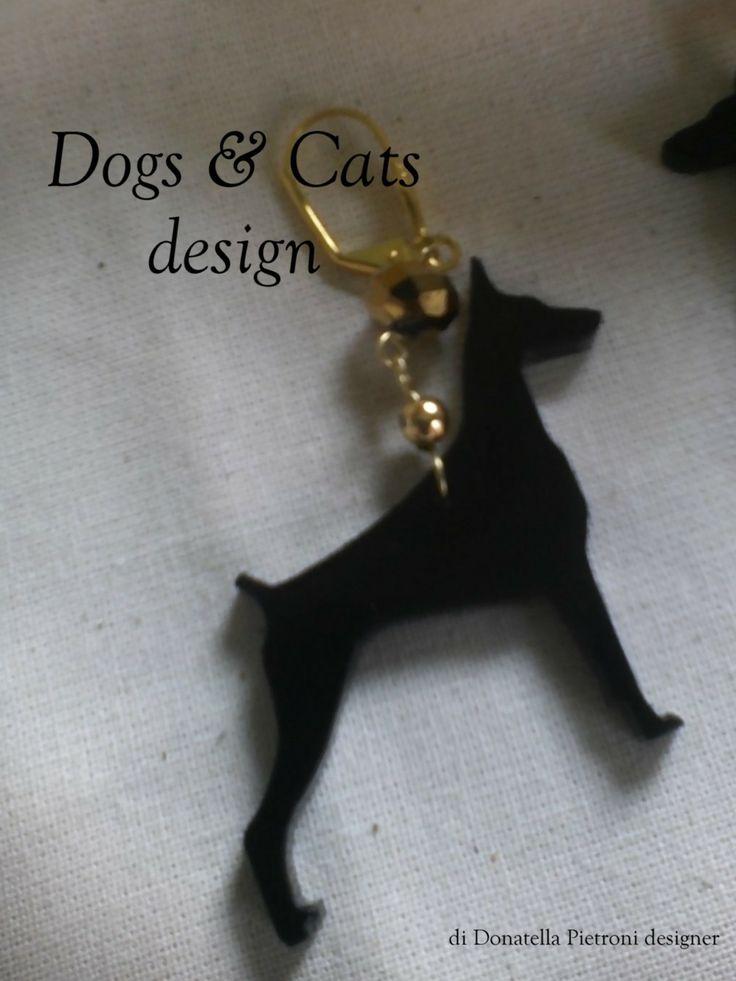 14208 - Particolare orecchino Dobermann in plex nero lucido. Pezzo unico. Dogs & Cats design di Donatella Pietroni designer