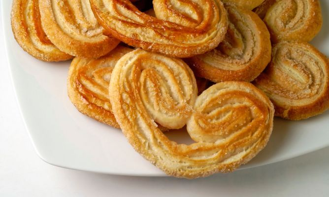 Receta de palmeritas de hojaldre muy fácil y rápida de elaborar. Las palmeritas de hojaldre son ideales para acompañar el desayuno o la merienda.