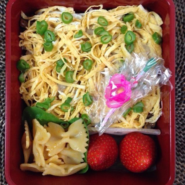 *ちらし寿司ひな祭りver. *ファルファッレの雲丹醤油和え *いちご - 40件のもぐもぐ - ちらし寿司 ひな祭りver.弁当 by naomio0123