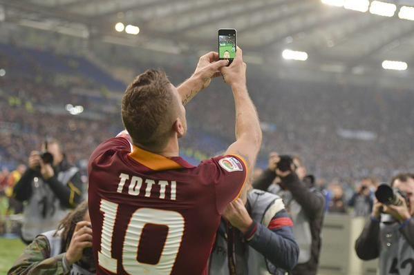 Francesco Totti è stato oggi il protagonista assoluto del derby Roma – Lazio con una fantastica doppietta., oltre ad essersi reso protagonista di un gesto davvero spettacolare: un incredibile selfie fatto sotto la curva giallorossa.    11 gennaio 2014.
