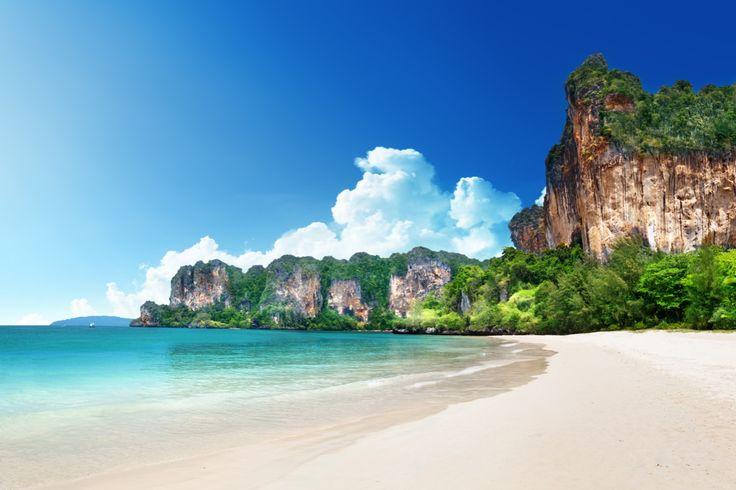 En Thaïlande, les lagons des îles Krabi - Autre lagon paradisiaque en Thaïlande, celui des îles Krabi, niché au milieu du jungle dense, ponctué de grottes creusées à flanc de falaises.