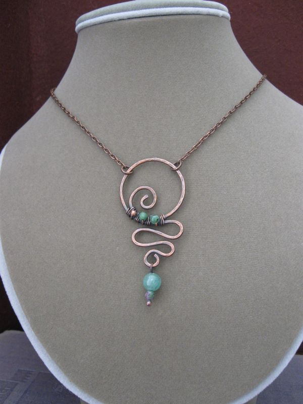 Fun design on this hammered copper wire pendant.