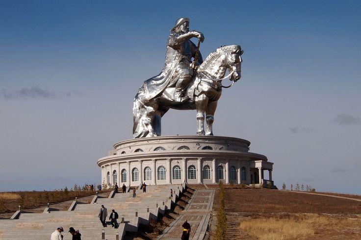 40-метровый Чингисхан возвышается над степью недалеко от Улан-Батора.
