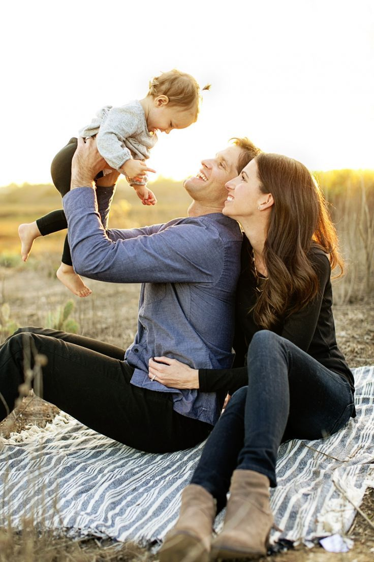 Such a cute family shot! Love the candid moments! And that light!!! #family #photography