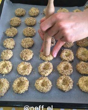 Merhaba arkadaşlar Selamun aleyküm afilli bir kurabiye yapmak ister misiniz kolay ve pratik yöntemler eşliğinde etrafını ister ceviz ister fındık ister fıstık ile kaplayın hepsi de çok lezzetli olur ben bu kez ceviz ile kapladım . Sonuç mükemmel ❤️ . CEVİZ KAPLI ÇİKOLATA DOLGULU KURABİYE MALZEMELER 150 gr margarin veya tereyağ Yarım çay b. Sıvıyağ 1 yumurta sarısı (akı dışınakullanılacak) 1 büyük çay b. Pudra şekeri 1 büyük çay b. Nişasta 3 büyük çay b. Un(yetmezse ekleyin) 1 pk vanily