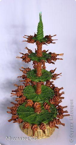 Новогодняя елка выполнена из лозы и бумажных трубочек.  фото 1