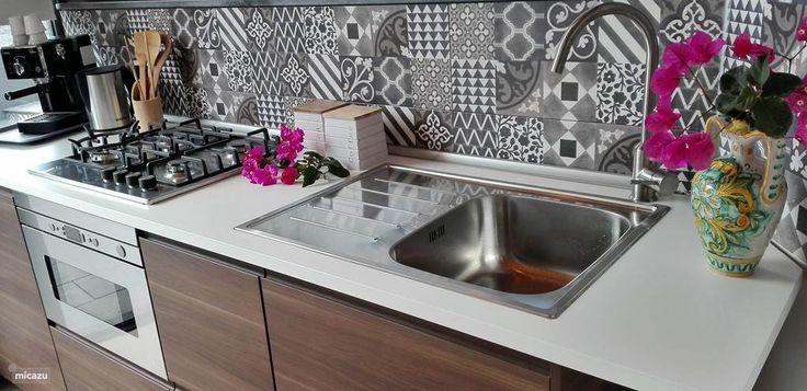 Moderne keuken met espresso-apparaat, combi oven en waterkoker