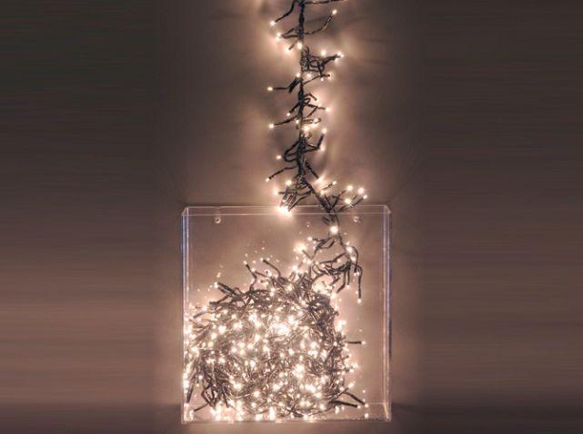 Un incontournable des guirlandes lumineuses de Noël : la grappe de lumière blanche que vous pourrez disposer dans un grand vase transparent pour une touche déco ultra chic. Grappe lumineuse, 1,20 m : 19,99 € - Eminza.com