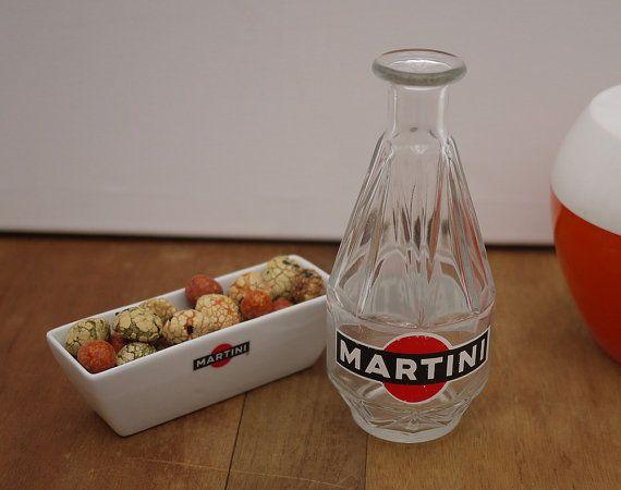 Ensemble publicitaire Martini très complémentaire et frenchy En excellent état vintage Made in France  . La bouteille, pichet en verre taillé Martini Marque Déposée 33 cl, 7 tall and 3 in diameter (18cm x 7.5cm)  . La coupelle à olives ou cacahuètes en céramique 14 x 5 x 4,5 cm  Poids total 550 grs  Envoi soigné en colis suivi  Nous consulter pour un envoi groupé  Découvrez notre boutique vintage : www.etsy.com/fr/shop/LaMachineaBrocantes