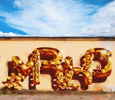 """Золото – вечно модный элемент, всегда уместно вписывающийся в любой образ и стиль. В наши дни золотые аксессуары не сдают своих позиций.  Нельзя забывать, что современные тенденции в моде имеют привычку перекликаться с тенденциям изобразительного искусства. В чем можно убедиться, глядя на шрифтовую композицию #MRKO """"Золотая цепь"""" –  тоже  неординарное применение золотого аксессуара!"""
