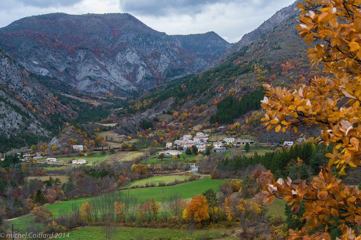 https://flic.kr/p/pLQFSE | Le village de Bayons dans un cadre naturel et paisible
