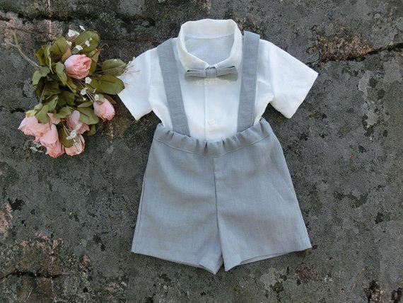 Handgefertigte Jungenanzug in einem grauen Leinen mit weichem weißem Leinenhemd; Ein klassischer Blick für einen rustikalen Ringträger oder jede andere formale Gelegenheit. Das Leinenoutfit dieses Jungen wird mit viel Liebe und Sorgfalt hergestellt.  Dieser Anzug besteht aus vier Teilen: ein Hemd und ein Paar Shorts mit Hosenträgern und eine Fliege.Die Shorts sind aus einem grauen Leinen und das T-Shirt ist in einem weichen, weißen Leinen gemacht. Passende Hosenträger und Fliege…