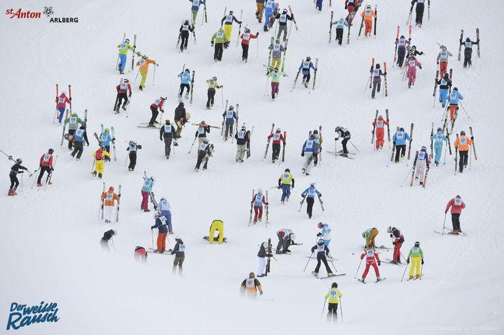 Der Weiße Rausch in St. Anton am Arlberg.  Der 150 Meter lange Wiederaufstieg kurz nach dem legendären Massenstart fordert den Teilnehmern alles ab. Hier fällt mitunter die Vorentscheidung über Sieg und Niederlage.  St. Anton am Arlberg | Tirol