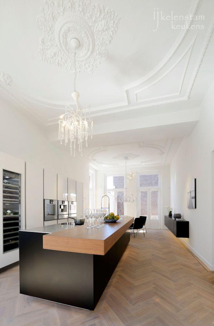 Poggenpohl kitchen, Ijkelenstam keukens, showroom, Gorinchem ornamenten plafond, mat zwart, keuken, rvs blad, wit, gaggenau, visgraat eiken vloer