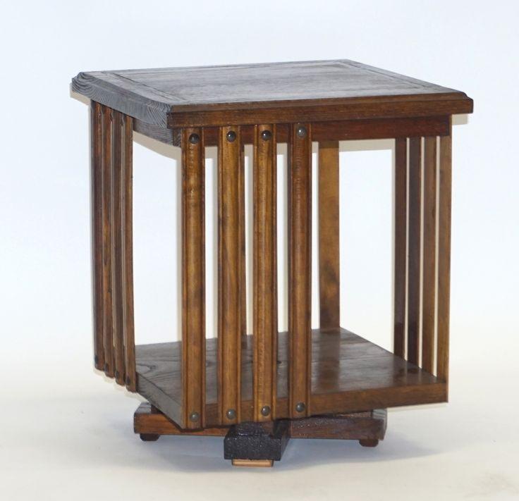 Een donker gebeitste houten tafel-boekenmolen