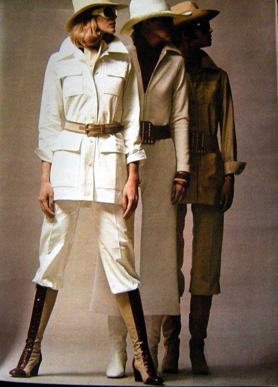 Sahariennes en toile de coton, portées avec des pantalons droits et des bottes de toile et cuir lacées (Saint Laurent Rive Gauche).