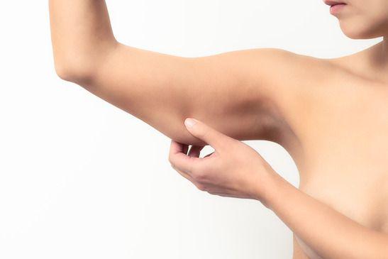Az egyik legkényesebb testrészünk a tricepsz. Nehéz feszesíteni és megtartani formáját. Sok ember számára okoz mindennapi nehézségeket, a leggyakoribb akadály pedig az időhiány miatt adódik. Sokan azért félnek edzeni, mert jobban hajlamosak a hirtelen izmosodásra és nem szeretnének óriási karokat.      Íme néhány gyakorlat az álom tricepsz eléréséhez!   szerző:tudasfaja.com
