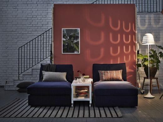 """Ideen für kuschelige Abende zu zweit im Wohnzimmer, hier u. a. mit KIVIK Récamiere mit Bezug """"Orrsta"""" in Dunkelblau"""