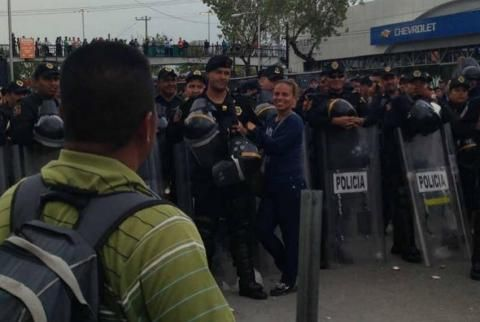 Maestras se toman la foto pal' Face con policias guapos   Los Videos Mas