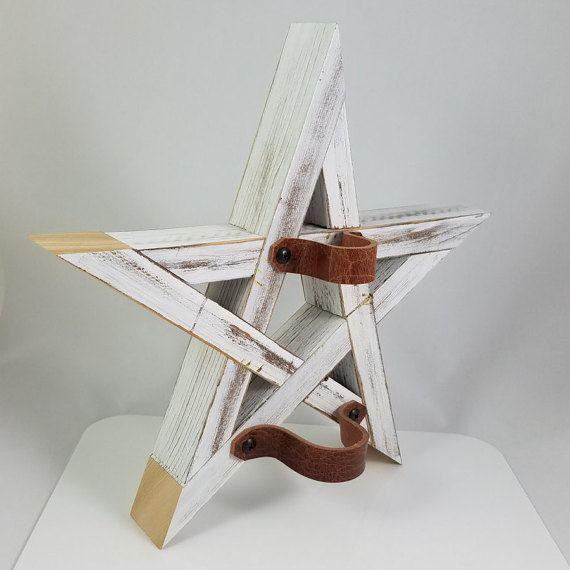Deze rustieke kerstboom topper en een muur kunst bestaat uit cedar. Elk stuk overlapt ingewikkeld met andere vormen een perfecte 5-puntige ster. De precieze samenloop van het hout bijeenhoudt het stuk - geen nagels, geen schroeven. Het item om het te geven een rustieke beroep is verdrietig, maar ik laat de uiteinden vers gesneden voor visueel aantrekkelijk en voor dat prachtige ceder aroma. Duurzaam lederen riemen kunnen houdt de klapper veilig op uw boom, of eenvoudig losgeschroefd om op te…
