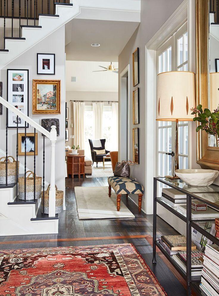 Das Haus der Stylistin Natalie Nassars in Atlanta hat einen schmalen Eingang, der mit einer schmalen Eingangskonsole und einem übergroßen Spiegel ausgestattet ist – Pauline E