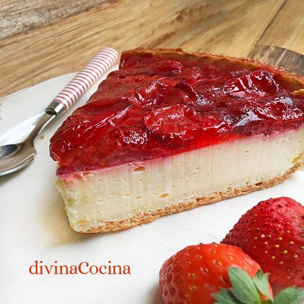 Esta tarta de yogur y fresas en microondas se elabora con pocos ingredientes, todos muy sencillos, y sin encender el fuego ni el horno.
